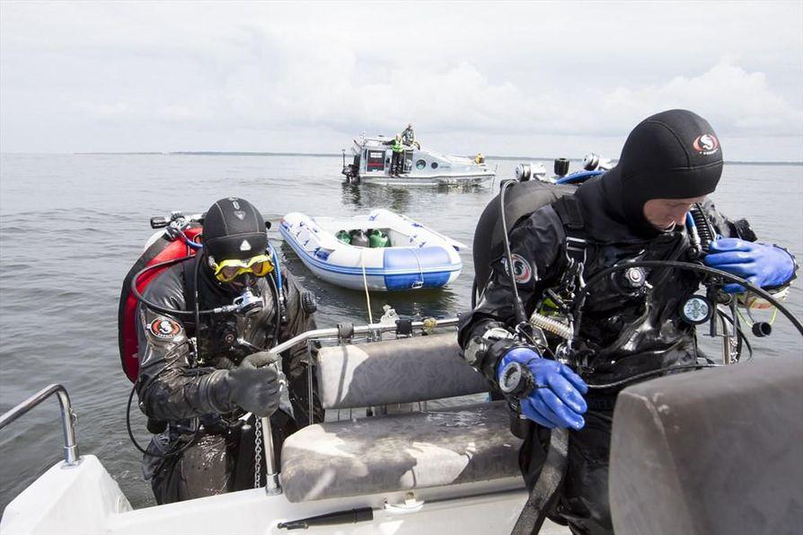 Lännen Media seurasi kadonneen Oulu 2 -hinaajan etsintöjä Hailuodon edustalla viime kesänä. Taustalla näkyy Reino Savukosken etsintävene.