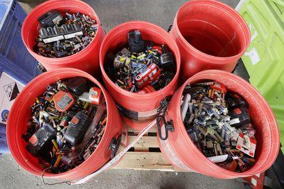 """Metallin kierrätys vähentää uuden raaka-aineen tarvetta – """"Olisikin hyvä, että mahdollisimman moni käytöstä poistettu akku ja puhelin päätyisi kierrätykseen"""""""