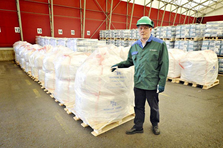 Norilsk Nickel Harjavallan toimitusjohtaja Joni Hautojärvi esitteli kobolttisäkkejä muutama vuosi sitten. Harjavallassa jalostetaan kobolttia.