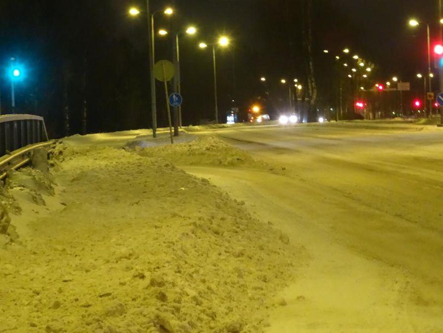 Hinausautoilla on ollut kiirettä lumimyrskyn vuoksi.