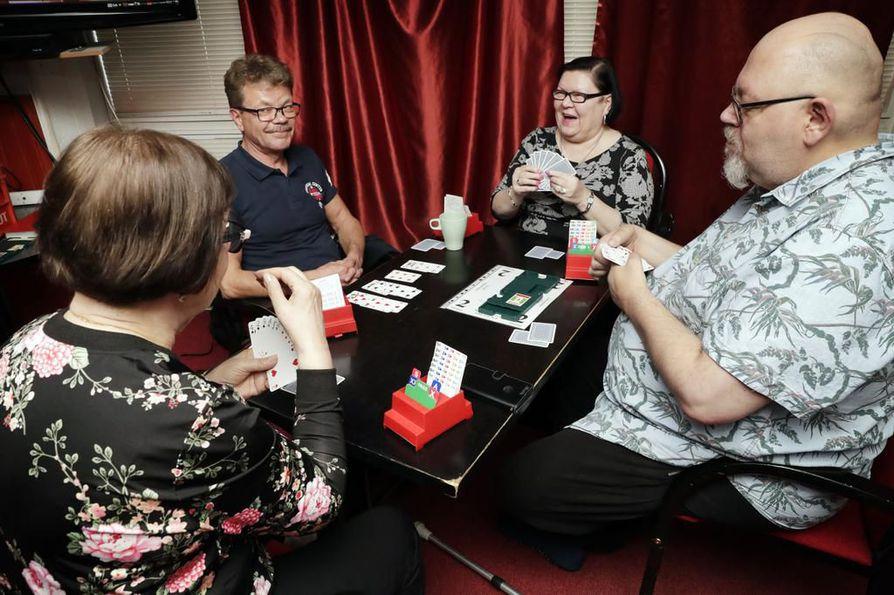 Parit istuvat vastapäätä toisiaan. Taktiikkaansa miettivät Hilkka Starck (vas.), Juha Paavilainen, Ritva Puolakka ja Timo Sairanen.