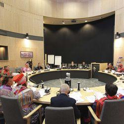 Seuraa suoraa lähetystä Saamelaiskäräjien järjestäytymiskokouksesta tästä -kokouksessa neuvottelutauko ja erimielisyyttä kuvausoikeuksista heti alussa