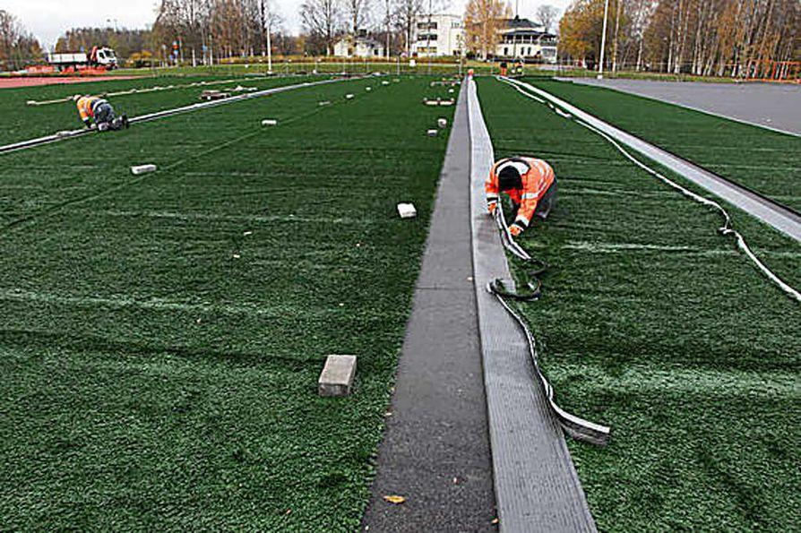Raatin stadionin lisäalueelle laitetaan vauhdilla tekonurmea.