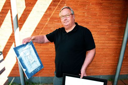 Kemijärven kaupunginjohtaja Atte Rantanen aloittaa maalaustyön yleensä meriaiheella – korona-ajan mielenmaisemista syntyi näyttely kulttuurikeskukseen