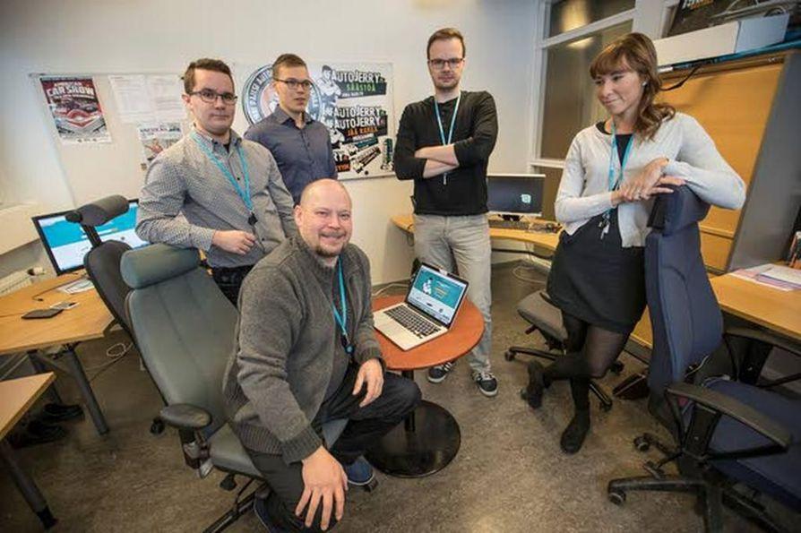 AutoJerryn pienessä toimitilassa on tiivis tunnelma. Istumassa toimitusjohtaja Jari Vallström, vasemmalta Aku Ojala, Heikki Johansson, Ari Kairala ja Sallamari Johansson.