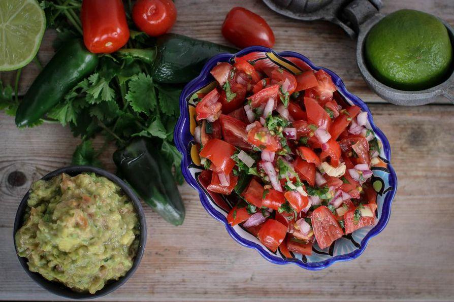 Rouheaksi jätettävät salsat guacamole ja pico de gallo sopivat myös muiden kuin meksikolaisten ruokien lisukkeeksi.