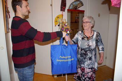 Niemitalo sai kirjat ja tuliaiset – Pudajärven kirjaston kotipalvelu saatiin alkuun