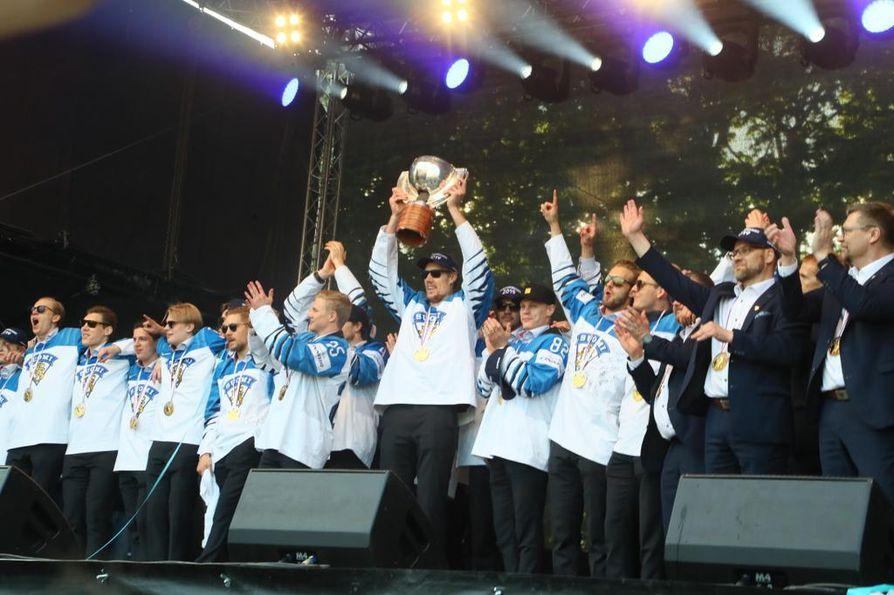 """Marko """"Mörkö"""" Anttila nosti Pojan eli mestaruuspokaalin ja sai yleisön villiksi Kaisaniemen puistossa."""