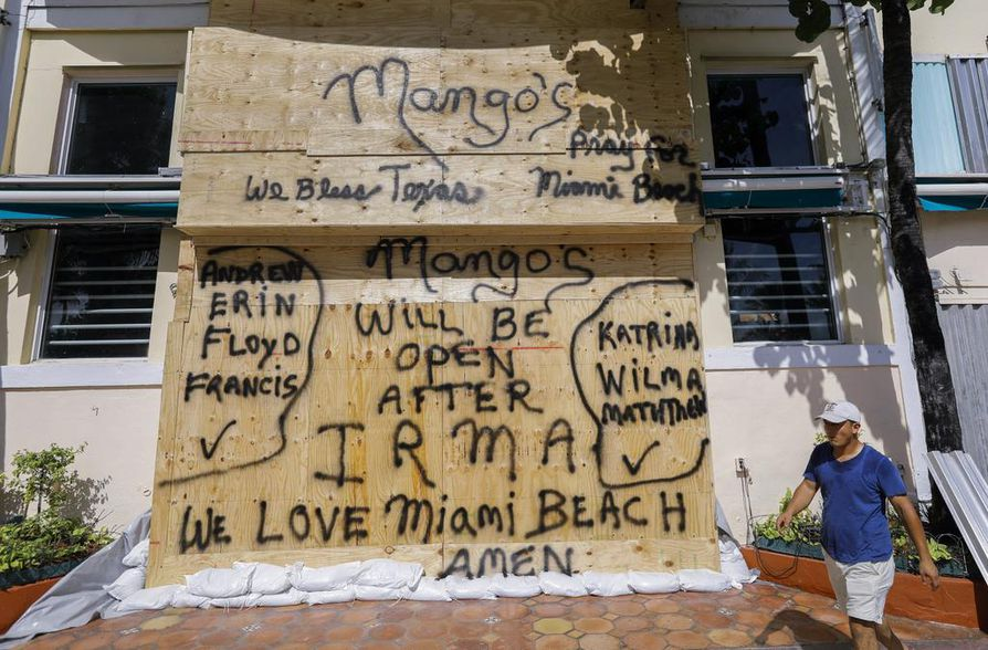 Miamilaiset yritykset valmistautuivat hurrikaanin saapumiseen perjantaina.
