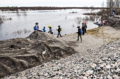 Kittilässä suojaudutaan tulvalta penkereillä ja evakuoinneilla – Kuntalaiset oppivat 15 vuotta sitten, miksi varautuminen kannattaa
