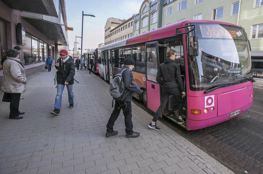 Kale! kyselee kallupissaan, onko Oulussa toimiva joukkoliikenne.