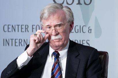 Trumpin entinen neuvonantaja paljasti uusia tietoja – John Boltonin todistus voisi iskeä Trumpin puolustuksen ytimeen