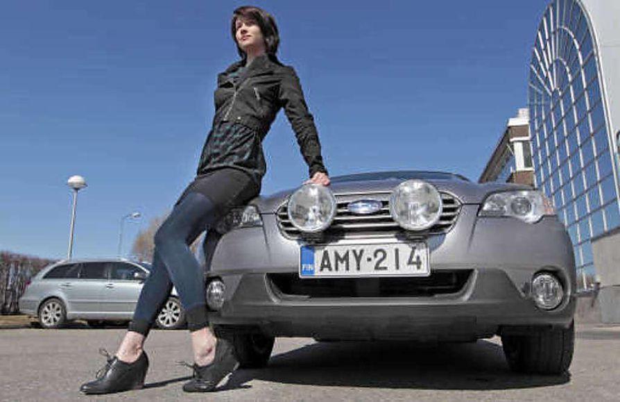 """Ostaisitko auton tältä tytöltä? Nina Puotiniemi on hakenut töitä autoliikkeistä. """"Olisi mukava päästä vaikka harjoittelemaan. Autonmyyjän täytyy tietää tosi paljon autoista, ollakseen hyvä,"""" hän tietää."""