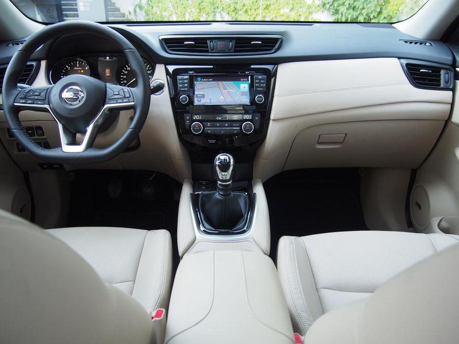 Kuljettajan työpaikalla vallitsee rauhallisen konstailematon tunnelma. Nissan häviää saman konsernin Renaulteille selvimmin keskikonsolin näytön koossa.