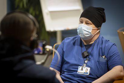 Koronarokotukset alkoivat Oulussa – Teho-osaston sairaanhoitaja Päivi Niemi sai koronarokotteen ensimmäisten joukossa