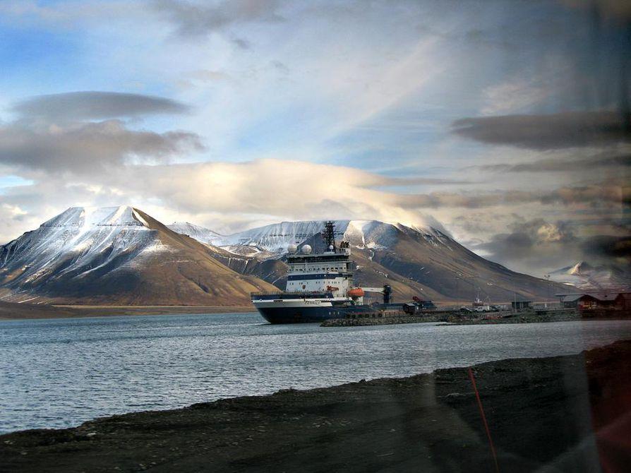 Norjan Huippuvuorilta voi päästä purjehtimaan Pohjoisnavalle avovettä pitkin jo lähivuosina. Murtaja Fennica vieraili saarilla syksyllä 2009.