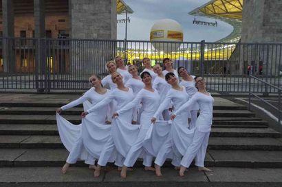 Naisvoimistelijat esiintyivät Berliinin olympiastadionilla