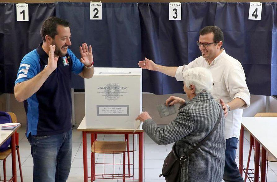 Italian Matteo Salvini (vas.) on ollut kokoamassa kansallismielisten voimia yhteen uudeksi europarlamenttiryhmäksi.
