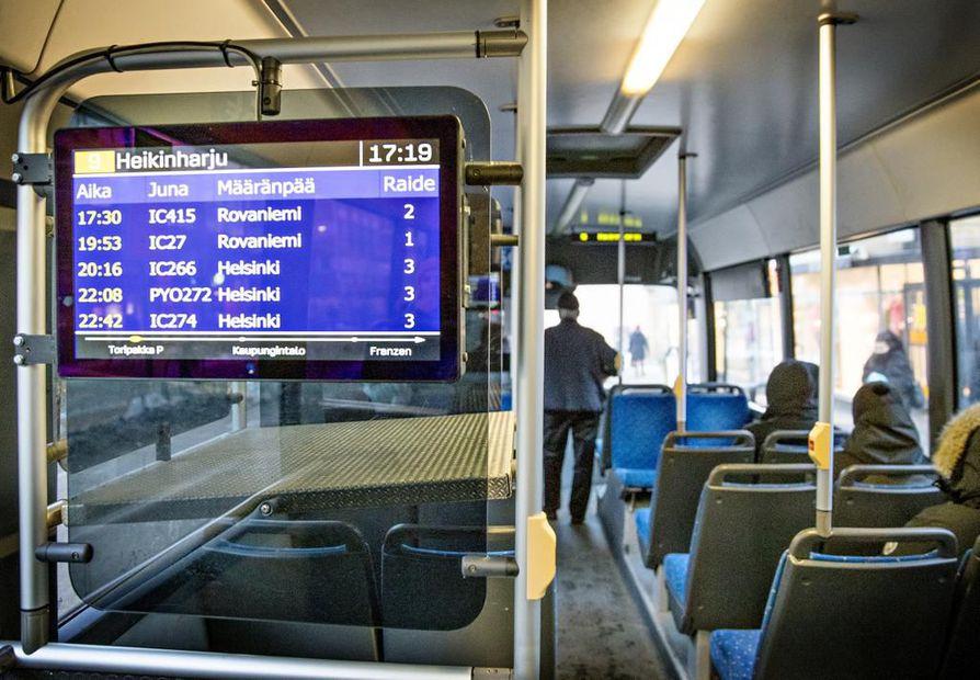 Näytöissä pyörii karusellina kuusi erilaista infoaihetta. Ne näyttävät esimerkiksi Oulun rautatieaseman ajantasaiset junien kulkutiedot.