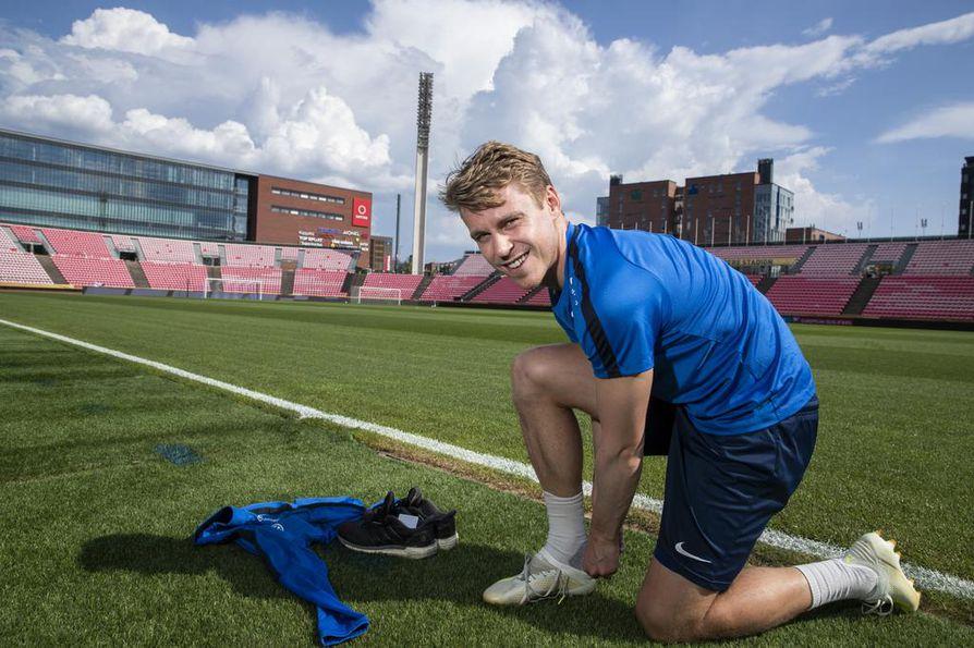 Kesäkuun EM-karsintapelien jälkeen Rasmus Schüller palaa Minneapolisiin. Hänen seurajoukkueensa Minnesota United pelaa Pohjois-Amerikan korkeimmalla sarjatasolla MLS-liigassa, jonka kausi alkoi maaliskuussa ja jatkuu syksyyn. Kuva Ratinan stadionilta Tampereelta.