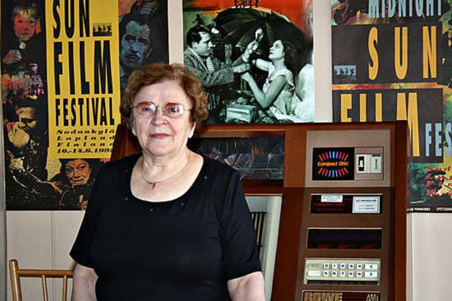 Salli Särkelä piti kuuluisaa Seita-baaria 34 vuoden ajan. Seinällä olevat elokuvajulisteet kertovat baarin keskeisestä asemastaSodankylän vuotuisilla elokuvajuhlilla.