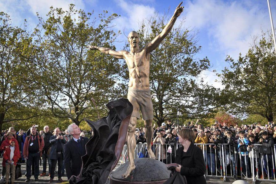 Zlatanista tehty patsas paljastettiin tiistaina Malmössä.