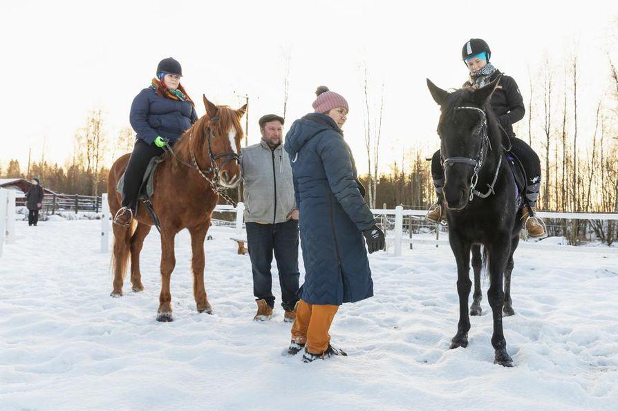 Seppo ja Jutta Pekkala (keskellä) lähtivät avoimin mielin nimikkoyrittäjiksi kansanedustaja Jenna Simulalle (oik.).Tapaamiseen on yhdistetty avustaja Minna Partasen ja Simulan ratsastustunti.