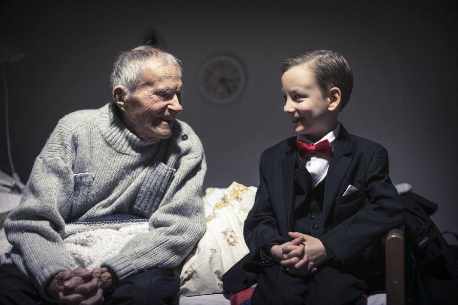 Anton Häkkinen ja Kaarlo Manelius löysivät heti yhteisen sävelen.  Manelius kertoo sotatapahtumista, mutta niitäkin enemmän Antonia kiinnostaa Iltahuutoa laulavien veteraanien ja tässä tapauksessa myös Maneliuksen korkea ikä, 95 vuotta.