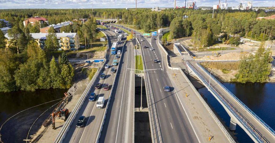 Liikenne siirretään perjantain vastaisena yönä alajuoksun puoleiselle sillalle, joka on kuvassa vasemmalla.