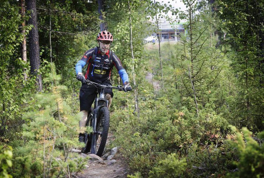 Jukka-Pekka Jylhä pitää eniten haastavista kivisistä maastoreiteistä, joihin sähköavusteisuus tuo tasaista vauhtia.