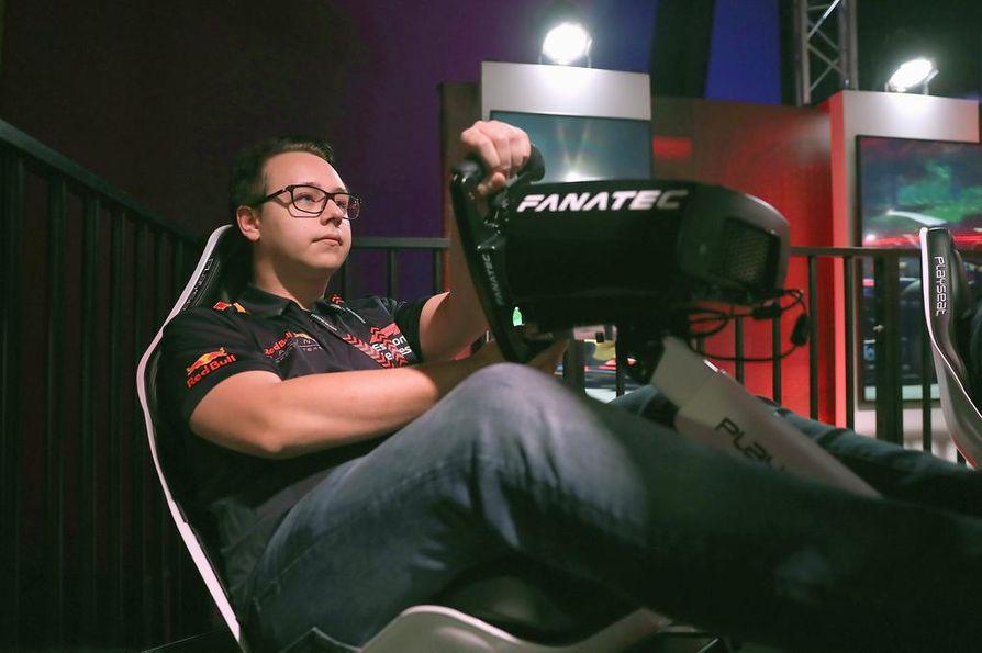 Joni Törmälä ajaa ammatikseen F1:n virallisessa esports-sarjassa Red Bullin tallissa.