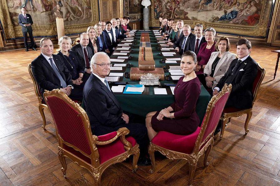 Ruotsin uusi hallitus kävi esittäytymässä viime tammikuussa  kuningas Kaarle Kustaalle, joka on Ruotsin muodollinen valtionpäämies. Tapaamisessa Kuninkaanlinnassa oli läsnä myös kruununprinsessa Victoria.