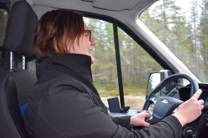 """Maarit vaihtaa kuulumiset asiakkaiden kanssa, huolehtii turvallisen poistumisen autosta ja kantaa tarvittaessa kauppakassit sisään: """"Ajaminen on taksiyrittäjän ammatissa vain yksi osaamisalue"""""""