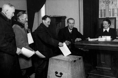 Vaaleja pidettiin vääränä päivänä ja ääntenlaskentakin tökki toisinaan – kaikenlaisia kuntavaaleja on vuosikymmenten saatossa Pudasjärvellä nähty