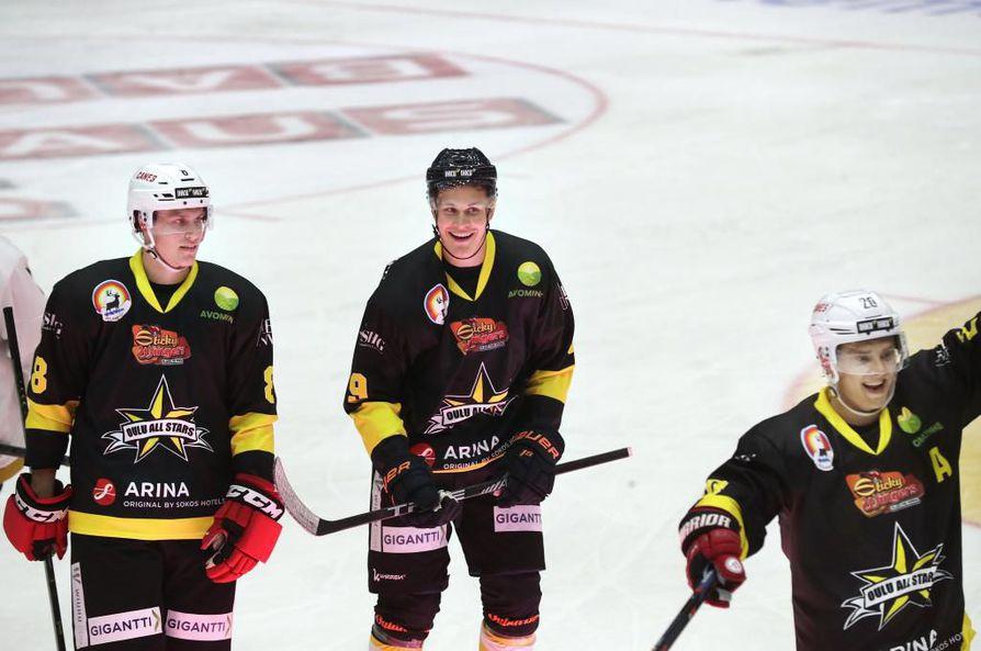 Puljujärvi (keskellä) pelasi perjantaina hyväntekeväisyysottelussa Oulun Raksilassa.