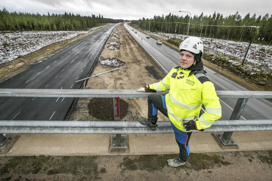 Nelostien parannustyöt Oulun pohjoispuolella etenevät aikataulussa. Marraskuussa moottoritietä pääsee aina Kiiminkijoelle saakka, työmaapäällikkö Mikko Karvonen Destia Oy:lta kertoo.