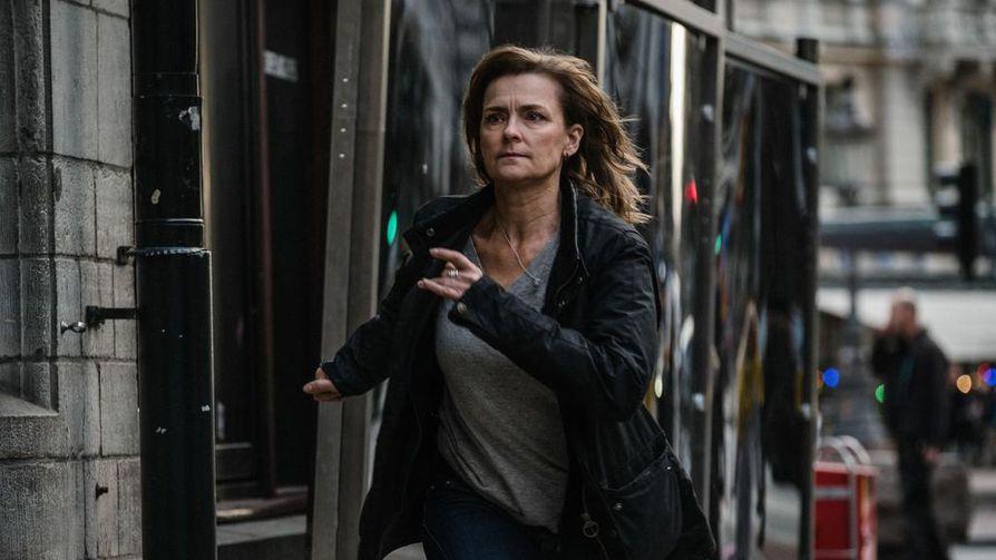 Marie Richardson on pakkomielteisyyteen asti sinnikäs rikospoliisi Hanna Svensson, joka jäljittää vuotajaa.