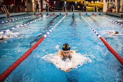 Uimarit pääsivät pitkän tauon jälkeen altaaseen – Santa Claus -uinnessa kirjattiin parisataa kisastarttia