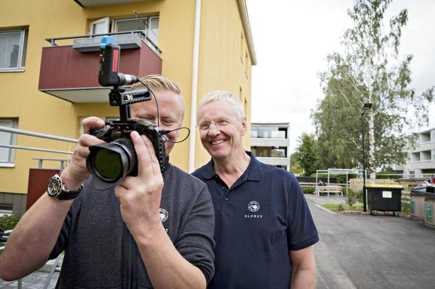 Sveitsiläinen Urs Sahli (vas.) tallensi lauantaina Kari Jalosen nuoruusmuistoja videolle Kirkkokadulla Heinäpäässä, valmentajan lapsuuden kodin pihapiirissä.
