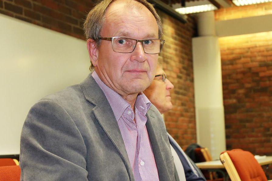 Pohjois-Suomen taksiyrittäjien toiminnanjohtaja Olli Veijolan mukaan yksittäistä taksiyrittäjää huolettaa eniten, että jokainen uusi sovellus nappaa liikevaihdosta aika ison  provision, jolla järjestelmät maksetaan. Vieressä on Lapin taksiyrittäjien toiminnanjohtaja Veijo Petrelius.