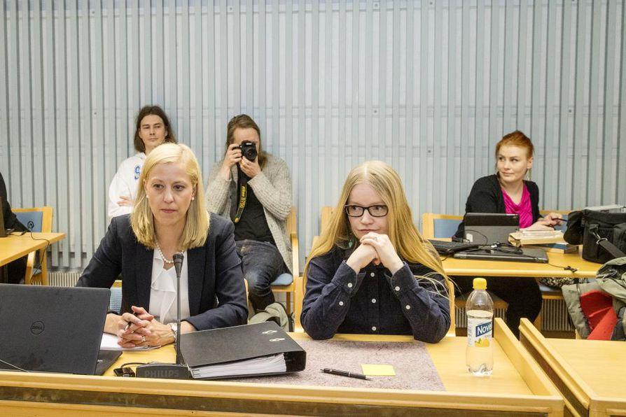 Toimittaja Johanna Vehkoo Oulun käräjäoikeuden istunnossa. Arkistokuva.