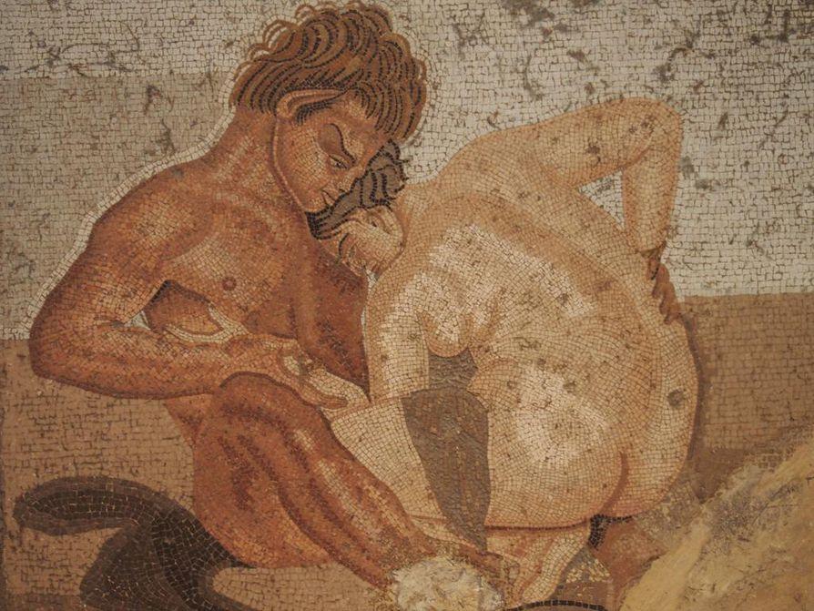 """Monet Pompejin ja Herculaneumin fresko-, mosaiikki- ja esinelöydöt ovat avoimen eroottisia. Aikakauden rohkeimpaan taiteeseen voi tutustua Napolin arkeologisen museon Gabinetto Segretossa eli """"salaisessa huoneessa""""."""