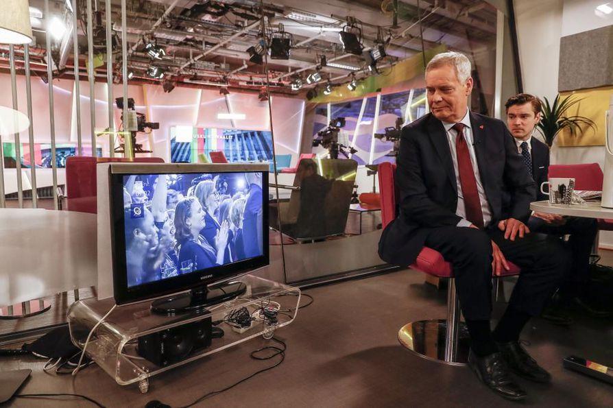 Vaalivoittaja sdp:n puheenjohtaja Antti Rinteen yö meni parin kolmen tunnin yöunilla.  Aamun tv- ja radiolähetysten jälkeen hän aikoi mennä hetkeksi kotiin lepäämään.