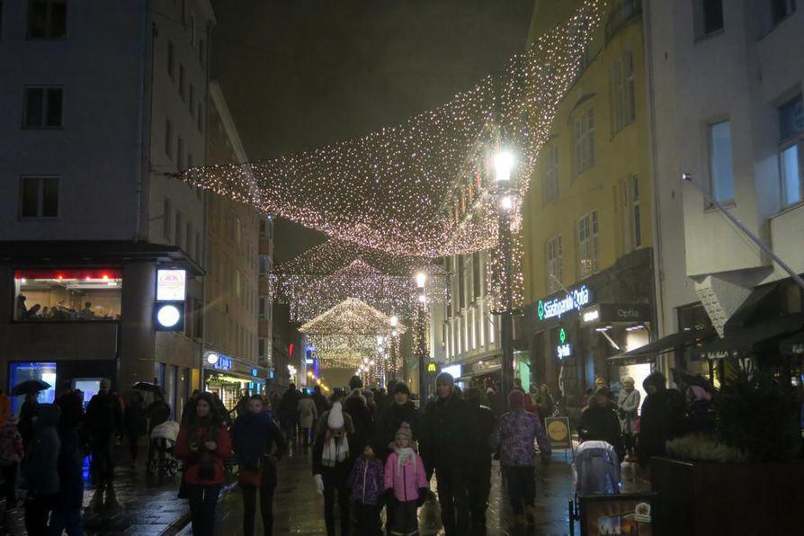 Joulukadun avajaisia vietetään Rotuaarilla perjantaina. Arkistokuva viime vuodelta.