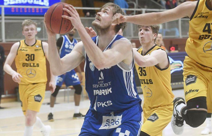 Oulun NMKY:n kasvatti Samuli Vanttaja on tahkonnut Korisliigaa kaudesta 2007 –2008 lähtien. Hänen nykyinen seuransa on joensuulainen Kataja Basket.