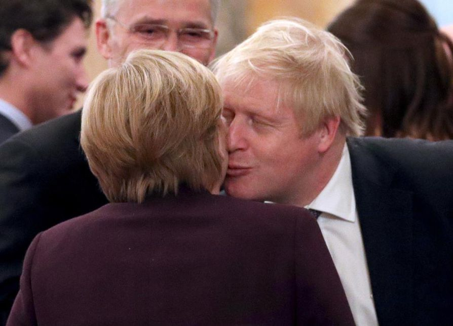 Saksan liittokansleri Angela Merkel ja Britannian pääministeri Boris Johnson tervehtivät toisiaan Buckinghamin palatissa tiistaina.