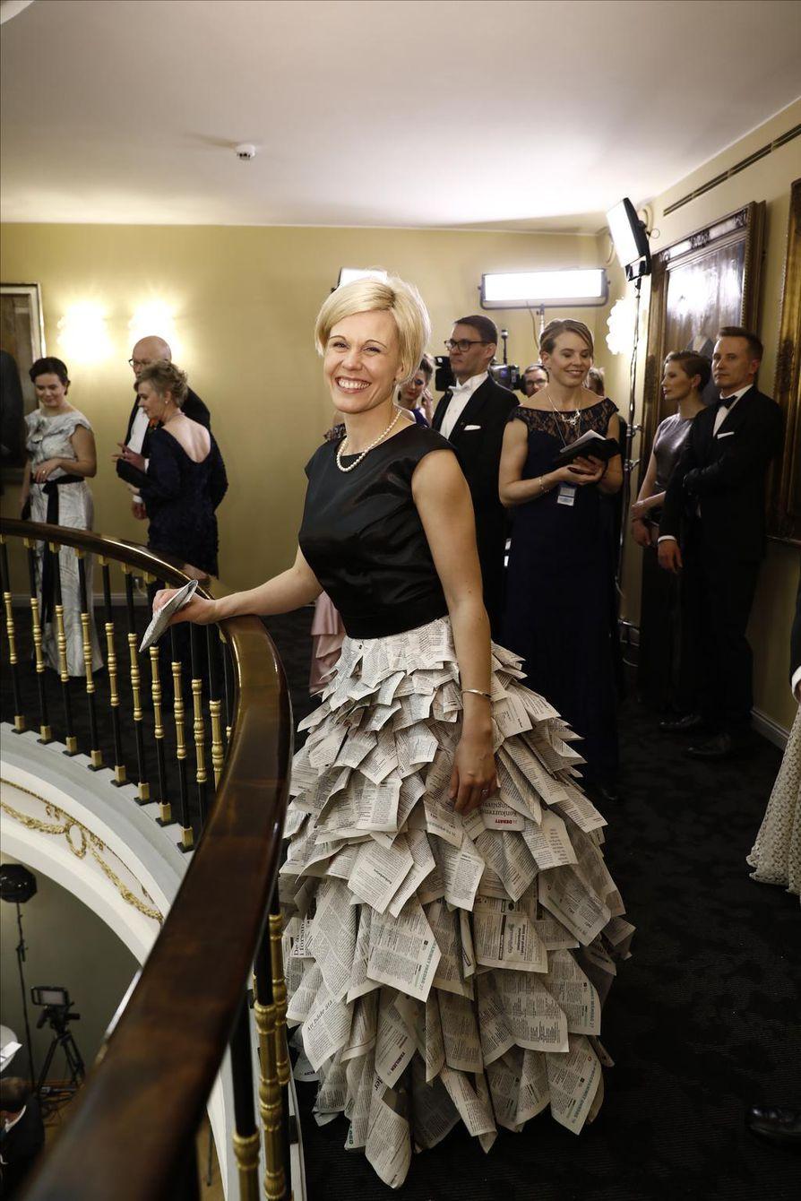 Ahvenanmaalaisen Nya Åland -lehden päätoimittaja Anna Björkroos  juhli puvussa, joka on tehty sanomalehdistä