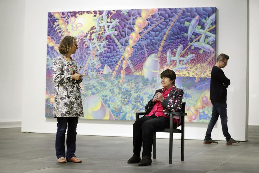 Oulun taidemuseon amanuenssi Elina Vieru ja Raini Heino taiteilija Markus Heikkerön Requiemin äärellä ensimmäisen kerroksen näyttelytilassa.