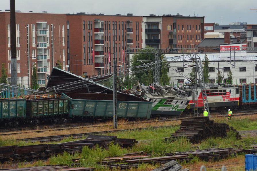 Kemistä tullut juna törmäsi ratapihalla tyhjillään seisseisiin malmivaunuihin.
