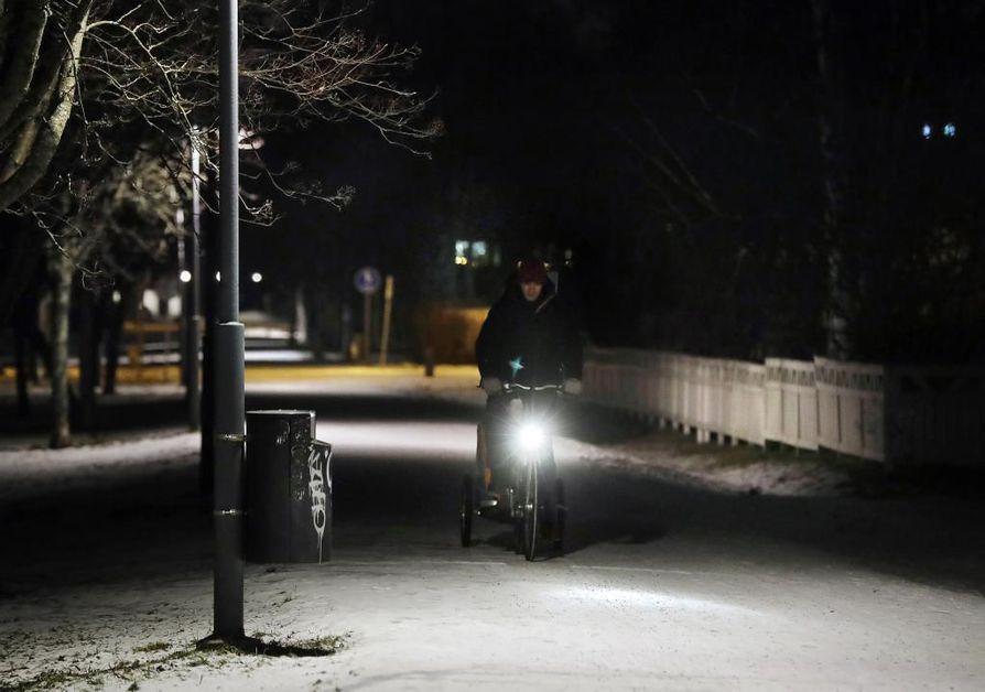 Pimeitä katulamppuja löytyi perjantai-iltana kevyen liikenteen väylällä Koskelassa.
